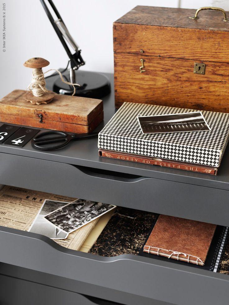 IKEA klassikern ALEX, design Johanna Asshoff, är en riktig dröm för kreativa själar, rymlig och lätt att flytta runt efter behov. FORSÅ arbetslampa, FULLFÖLJA sax, HISTORISK hängetiketter.