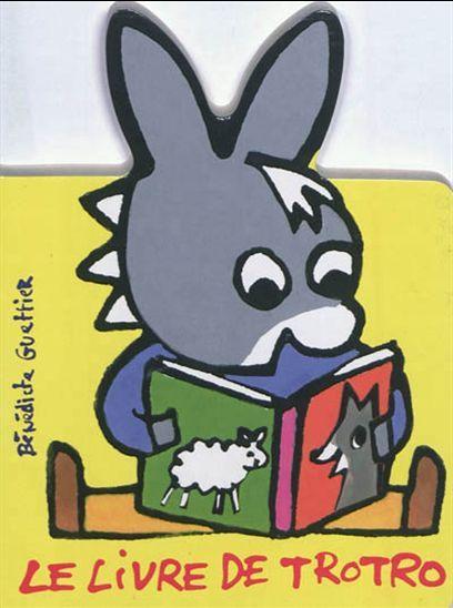 Trotro adore son livre rempli de dessins. Sa maman lui a lu tant de fois qu'il le connaît par cour et peut le lire lui-même à Nana.