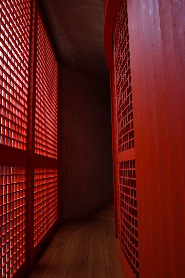 Vista do interior do Templo Shingonshu Honpukuji ou Templo das Águas, que fica na ilha Awaji, Japão. Arquiteto: Tadao Ando. Fotografia: Ken Coley.