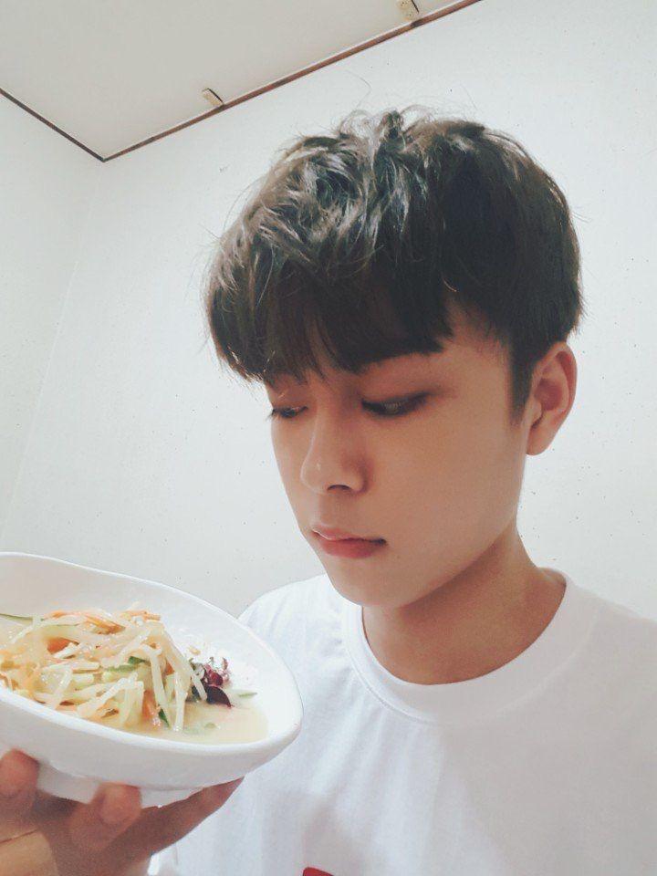 Cube Ent. Twitter update (@cubeunited) SEONHO [#유선호] 오늘 여원이형 홍석이형이랑 함께해서 너무 좋았어요!! 해파리 사건은 표한음이 해결한다!!!