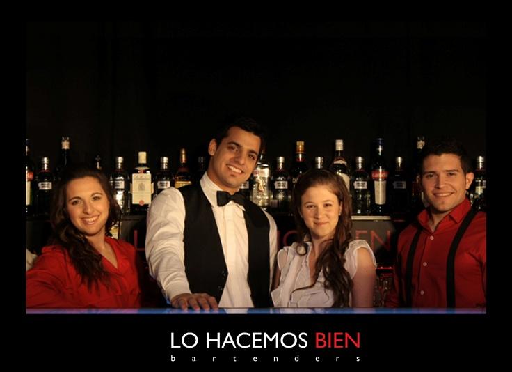 Tip: Presencia Tras La Barra    Parte de la mística de la coctelería es la elegancia de los bartenders y su cordial trato.    Siempre que estés detrás de la barra, hace honor a los padres de la coctelería, vistiendo tiradores, camisa, moño, saco, es decir ser elegante.    Y siempre que servís tu cocktail, hacelo con elegancia, prolijidad y una sonrisa.