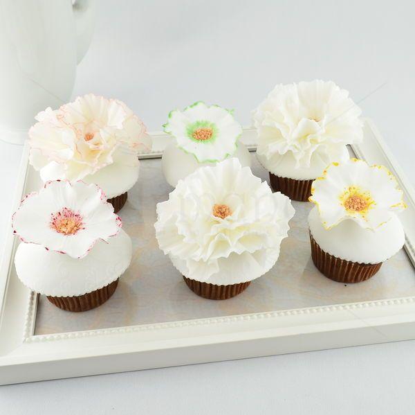 Gustul intregii colectii de cupcake-uri elegante din flori albe este cu siguranta deosebit. Florile sunt lucrate manual, create special pentru o zi aparte din viata dvs.!   Pret unitar : 16 lei / buc