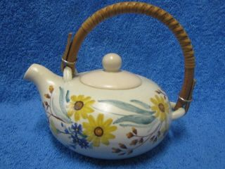 1950-luku, Kupittaan savi, käsinmaalattu teekannu, kukikas