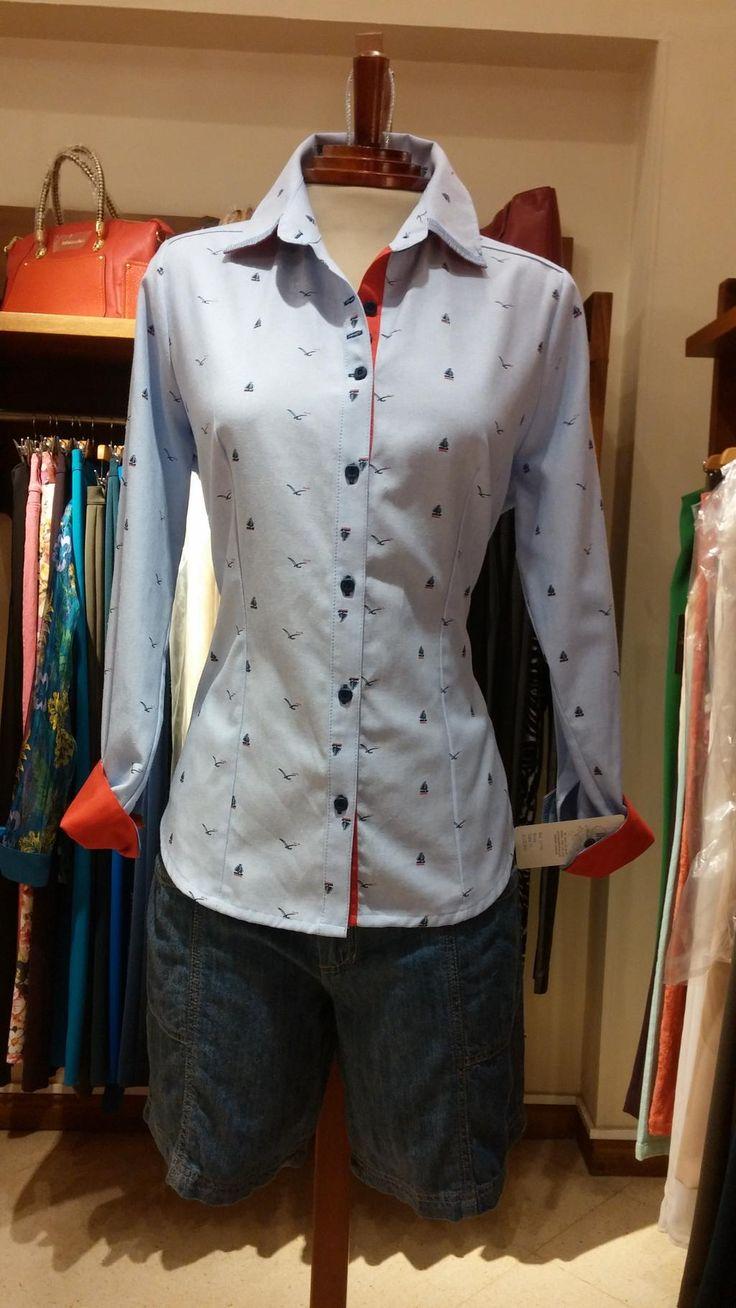 Te presentamos esta propuesta de moda un Short en Jeans con una camisa con finos detalles en color rojo.