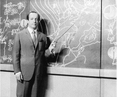 """O Boletim Meteorológico começou a ser apresentado na RTP a partir de 1 de novembro de 1962. A apresentação estava a cargo de técnicos do próprio Serviço Meteorológico Nacional que, de ponteiro na mão e perante um quadro de giz, faziam a previsão do tempo. Aqui Anthímio de Azevedo (foto) o """"explicadinho da meteorologia"""". Acontecia o meteorologista falhar as previsões na gíria da época apelidava-o de """"serviço mentirológico""""."""