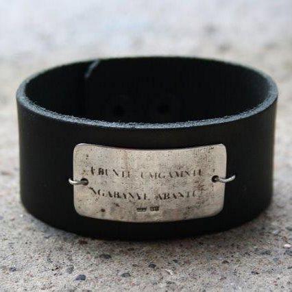 Medicineman- rannekoru on nahkaa ja hopeeta. Rustiikkinen laatta on tehty korusepän ikiomalla menetelmällä. Tsekkaa mitä Mikolla on ranteessa omassa illassa. #vainelämää #mikkokuustonen #anuek #kerava #koruseppä #uniquejewelry #rannekoru #medicineman #rustic #bracelet #leatherandsilver