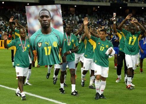 Jugadores de Camerun homenajean a su fallecido compañero Marc Vivien Foe en la final de la compañía confederaciones 2003