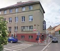 Esto es el teatro negro de Jiří Srnec. Es cerca de plaza de Zbraslav.