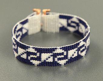 Deze Tribal Chichen Itza Bead Loom armband werd geïnspireerd door alle mooie Native en Latijns-Amerikaanse patronen die ik zie om me heen in Albuquerque, New Mexico. Zoals met al mijn stukken, heb ik het op een weefgetouw kraal met grote zorg en aandacht voor detail gemaakt.  BELANGRIJKE opmerking: Deze armband meet ongeveer 6,5 lange. Gelieve te meten uw pols zorgvuldig door voordat u de plaatsen van de orders, zodat een goede pasvorm. Als 6.5 niet de juiste grootte voor u is, neem contact…