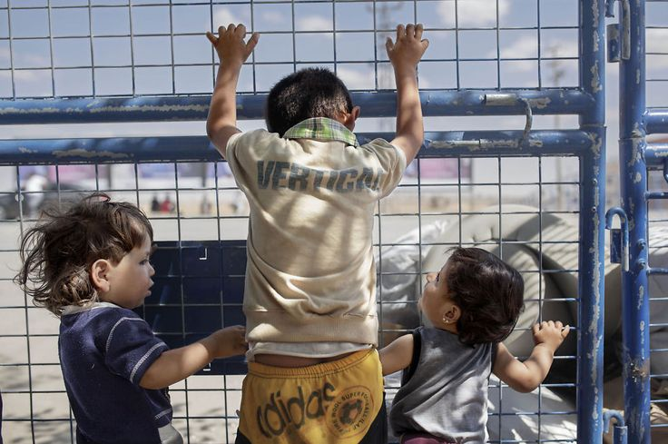 <p><b>TOLV MILLIONER:</b> – Av 60 millioner mennesker i verden i dag som er fordrevne fra sine hjem, er 12 millioner av dem syrere. Vi må fortsette nødhjelpsarbeidet, men også vise solidaritet og gi beskyttelse til det syriske folk, skriver Sven Mollekleiv i Røde Kors. Barna flyktet med familien til Tyrkia da byen Tell Abiad kom under IS-kontroll.<br/></p>