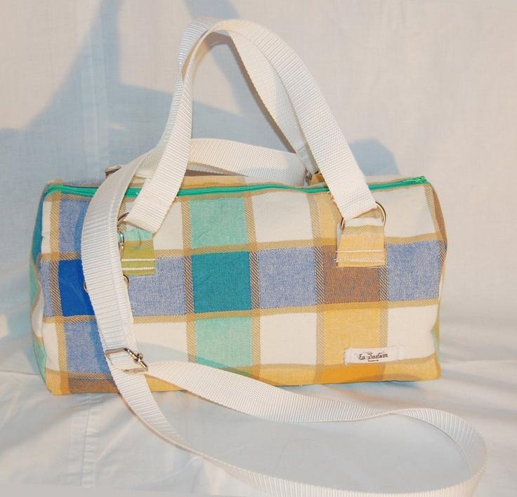 Bauletto Rajkumari - Bauletto a mano realizzato in tessuto di cotone a quadretti colorati. La borsa e' stata lavorata per ottenere rigidita', che assicura anche una maggior tenuta. (etc.) Realizzata interamente a mano. Modello unico.