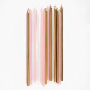 Seizelongues bougies de trois couleurs différentes : rose, blanc et doré métallique à disposer sur un gâteau pour lui donner des allures féériques et avoir une fête d'anniversaire haute en couleurs.Chaque bougie mesure approximativement 19 cm de hauteur.
