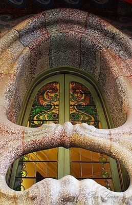 Casa Comalat    Esta casa se construyó en 1.911 según planos de Salvador Valeri. En ella se puede la gran influencia de Gaudí en el Modernismo. Predomina la línea curva con mosaicos y formas orgánicas.
