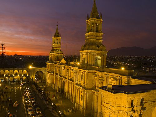Catedral de Arequipa, iluminada de noche, un lugar HERMOSO !!