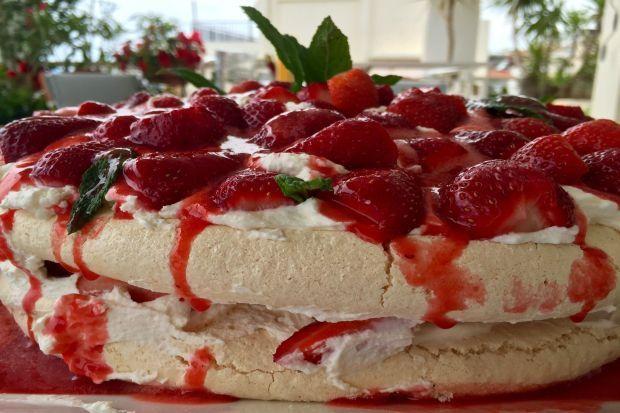 Μαρέγκες, κρέμα σαντιγί, φρέσκες φράουλες και σάλτσα φράουλας. Αυτά είναι τα υλικά για το πιο απλό, εύκολο, αιθέριο γλυκό του Πάσχα και της άνοιξης. Τα έχεις έτοιμα στην άκρη και τα συνθέτεις την τελευταία στιγμή για να μείνει τραγανό απ' έξω, τρυφερό και μαστιχωτό από μέσα, όπως πρέπει να είναι η σωστή μαρέγκα.
