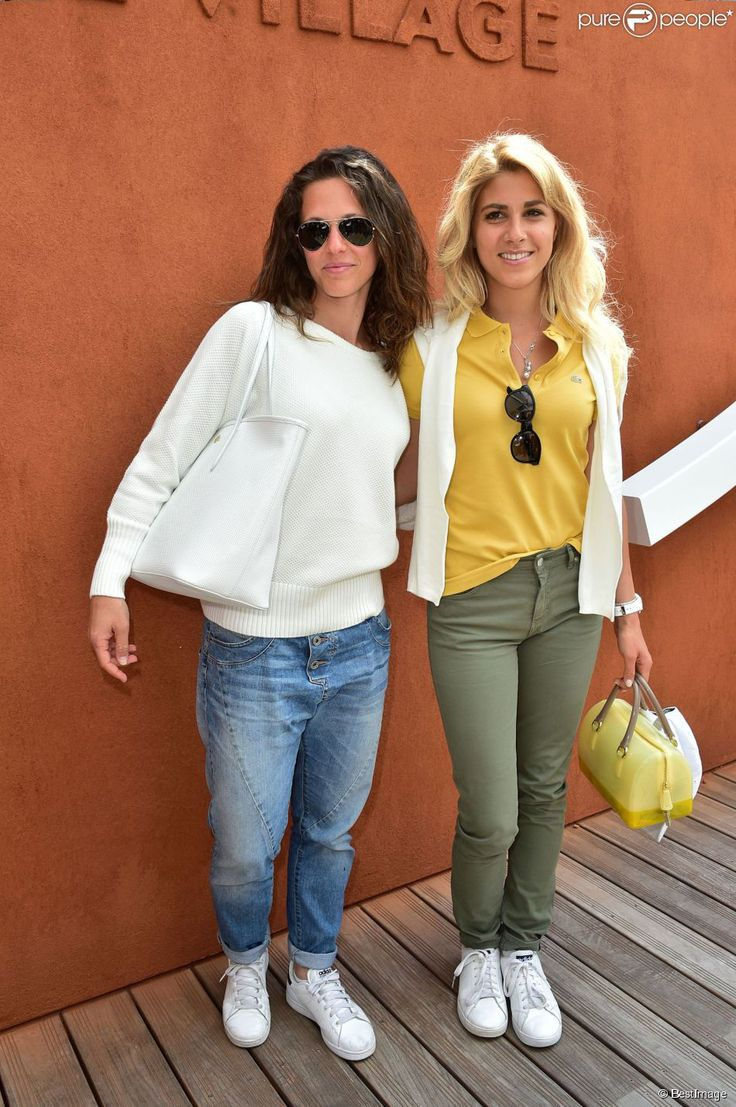 La chanteuse Lorie et la chanteuse Joyy au village des Internationaux de France de tennis de Roland-Garros à Paris. Le 27 mai 2015.