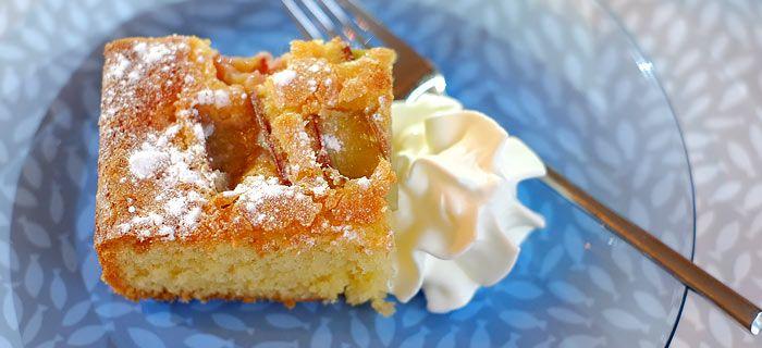 Deze snelle en makkelijke rabarbercake smaakt heerlijk door de toegevoegde vanillesuiker en custardpoeder. Hier mijn recept.