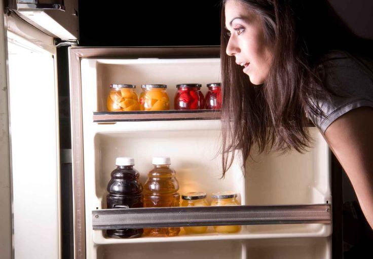 Ночной дожор: как перестать есть на ночь |  Альберт Станкард – вот человек, который предложил диету на ночь еще в середине прошлого века. Ученый утверждает, что любители «ночного дожора» бегают на кухню не из-за слабой силы воли. Их проблема – гормональный сбой. Уровень мелатонина и лептина (гормоны сна и сытости) вместо того, чтобы повышаться, ночью у них понижается. Чтобы решить проблему, психолог предложил специальную диету, которая нормализует уровень гормонов и спасет кухню от набегов…