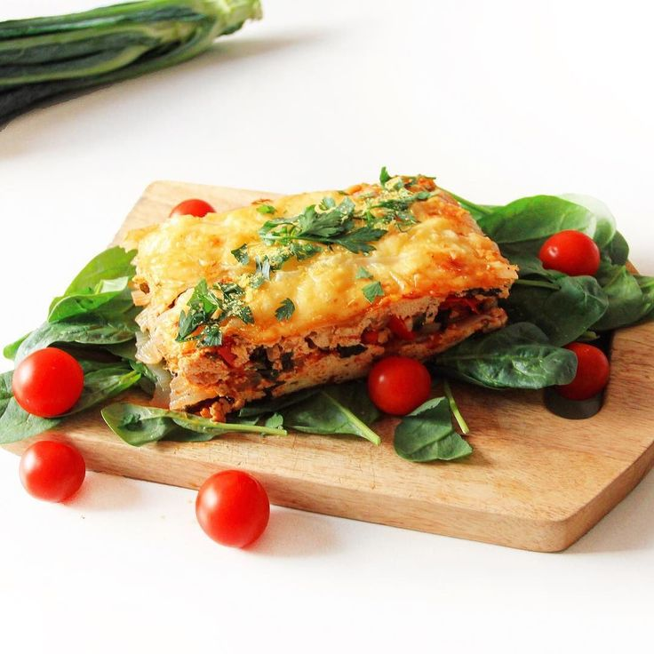 S U P E R F O O D S L A S A G N A Just perfected my #Superfoods Lasagna recipe in time for Easter brunch tomorrow! It's high in lean #Protein #LowCarb AND #LowFat especially in comparison to the greasy traditional version! Filled with 97% fat free turkey mince fresh tomato kale and spinach 0 calorie and fibrous @slendier lasagna layers and a greek yogurt nutritional yeast and egg white béchamel sauce SO MUCH TASTY GOODNESS Subscribe at AMYLEEACTIVE.com to be notified when the recipe is up…