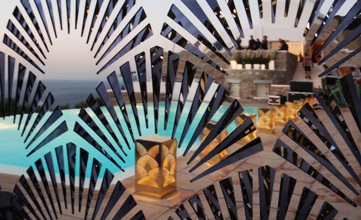 Διακοσμητικά μεταλλικά φωτιστικά από χρυσό καθρέπτη και αυτόνομη λειτουργία. Δείτε περισσότερα έργα μας στο http://www.artease.gr/interior-design/emporikoi-xoroi/