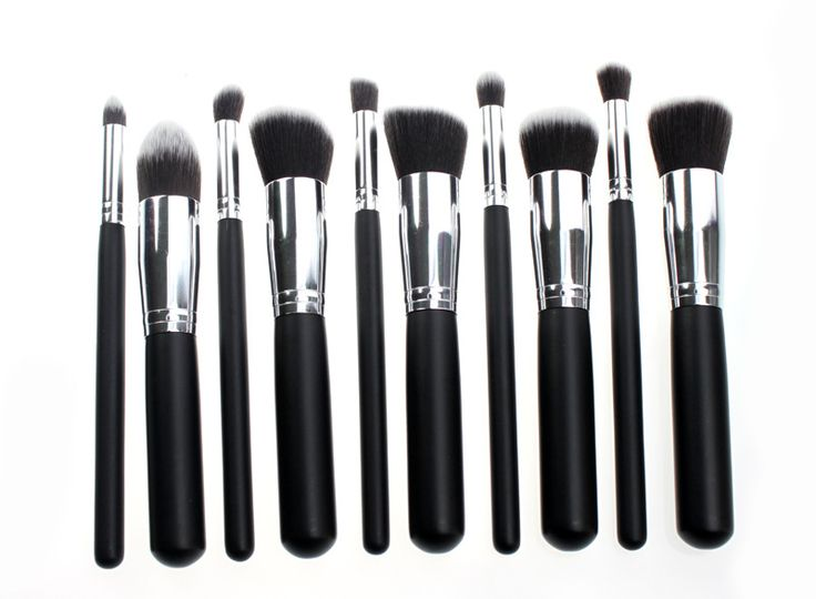 MKUP ESSENTIAL KIT MKUP ESSENTIAL KIT MKUP Kabuki Kit contient 10 pinceaux dont cinq KABUKI pour le visage qui permettent une haute définition, l'application de maquillage impeccable. Les pinceaux de ce kit sont équipés de fibres exclusives MKUP, spécialement conçu pour appliquer la poudre, la crème et les produits liquides.