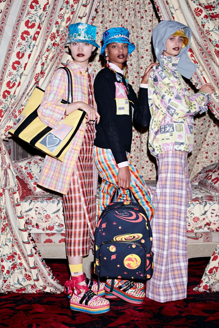 Take a look to Miu Miu Pre Spring 2017collection: the fashion accessories and outfits seen on Parigi runaways.