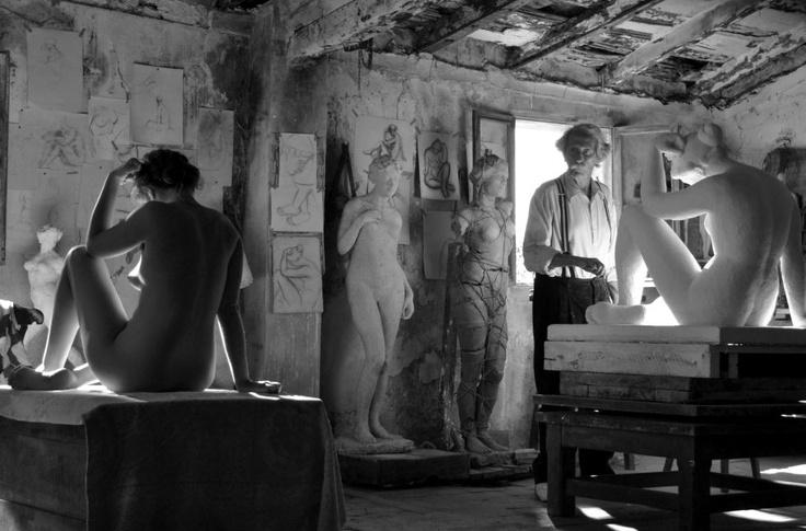 Aida Folch y Jean Rochefort, en un fotograma de la película de Fernando Trueba 'El artista y la modelo'.