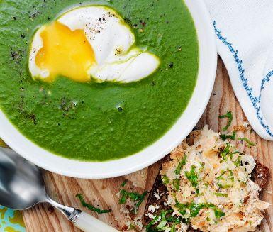 En lättlagad soppa som mest sköter sig själv på spisen är den här gröna och varma soppan med grönkål. Servera den med ett pocherat ägg i varje tallrik samt ett gott smörrebröd med lax- och pepparrotsröra.