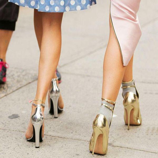 Aprenda de Uma vez por Todas a Andar de Salto | Como andar de salto, Sapatos metálicos, Saltos
