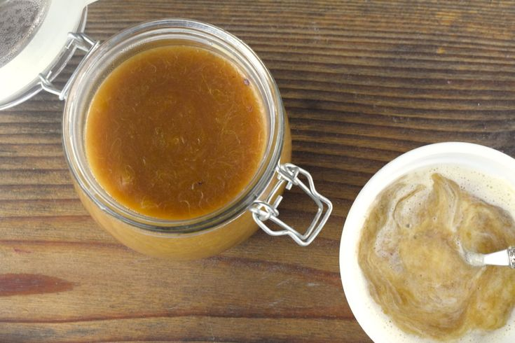 Von April bis Juni ist Rhabarberzeit – Ein Klassiker ist Rhabarberkompott mit Vanillesoße. Dank Thermomix® ganz einfach zu kochen