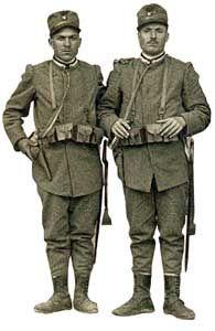 Militari dell'Arma a piedi dei reparti mobilitati in uniforme grigio-verde per servizi di rappresentanza, prima versione (1915).