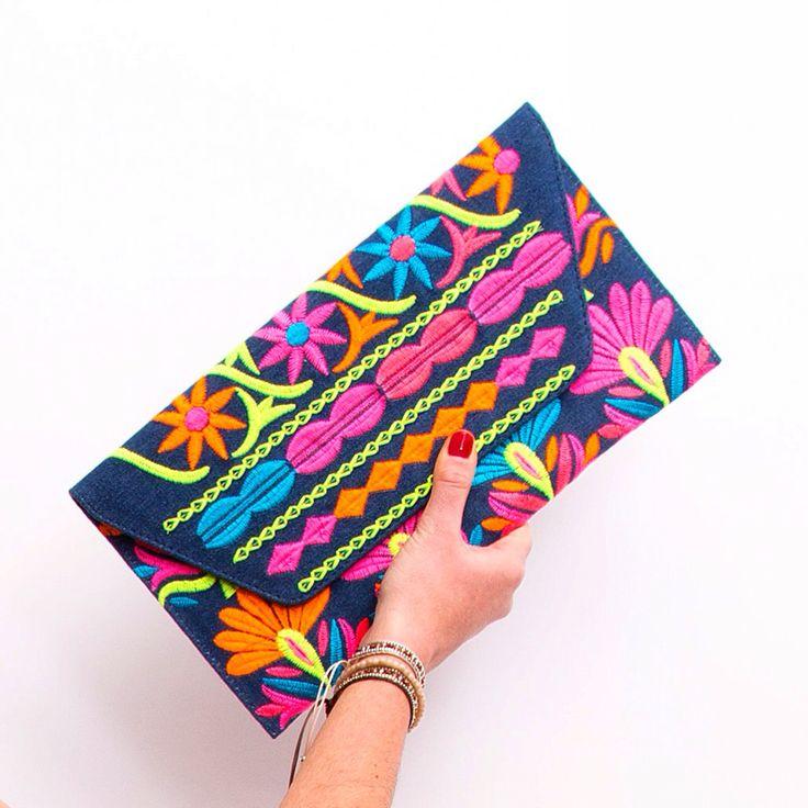 #clutch de tela tejana con bordados en colores divertidos, el completo ideal para tu #look de por fin es viernes..!!