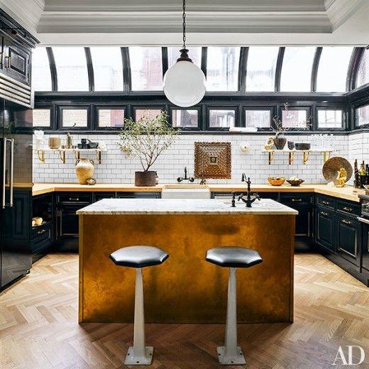 横長のキッチンカウンターの上が全面ドーム型の天窓になっている明るく開放的なキッチン
