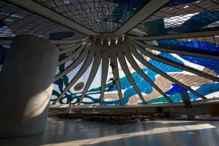 Oscar Niemeyer La cathédrale à Brasilia au Brésil Le Palácio da Alvorada Brasilia au Brésil Musée d'art contemporain de Niterói au Brésil Le siège du Parti communiste français à Paris en France Le siège des éditions Mondadori à Milan en Italie Centre culturel d'Avilés en Espagne Le Volcan au Havre en France Le Congrès National Brésilien à Brasilia au Brésil L'auditorium de Ravello en Italie