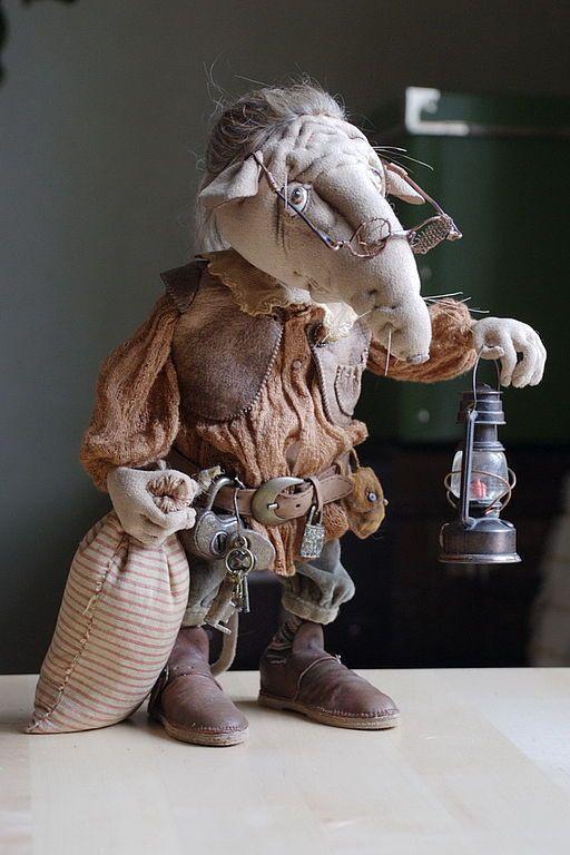 Купить или заказать Крыс 'Вниз' текстильный каркасный в интернет-магазине на Ярмарке Мастеров. Старый одинокий скряга. ' Вниз' имечко с философским смыслом... Каркасный, подвижные руки ноги и голова могут принимать различный наклон, менять позу. Антикварные ткани и аксесуары, вручную расписанные глаза, гнущиеся пальцы, волосы коза, ботинки из кожи, холщовый мешок, фонарь.