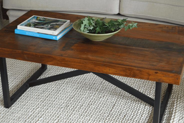 Vackert soffbord med stomme av metall och skiva av återvunnet trä. Bredd/Djup/Höjd: 120x70x46 cm