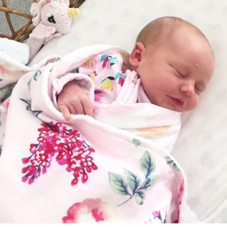 I just wanted to say a quick congrats to Sarah of the fabulous @hazelbaby_soycandles On the safe arrival of baby girl Daisy💕💕 How gorgeous is she all wrapped up in the Fleur Newborn Baby Blanket😍