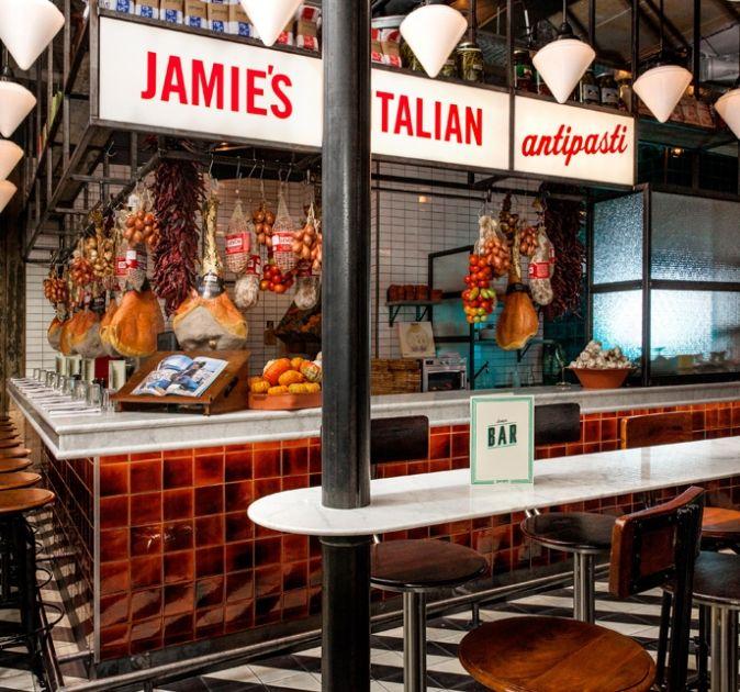 Wat de Foodhallen zijn voor Amsterdam, is de Down Town Gourmet Market voor Eindhoven. In dit eetwalhalla zitten wel 20 verschillende eetkraampjes.