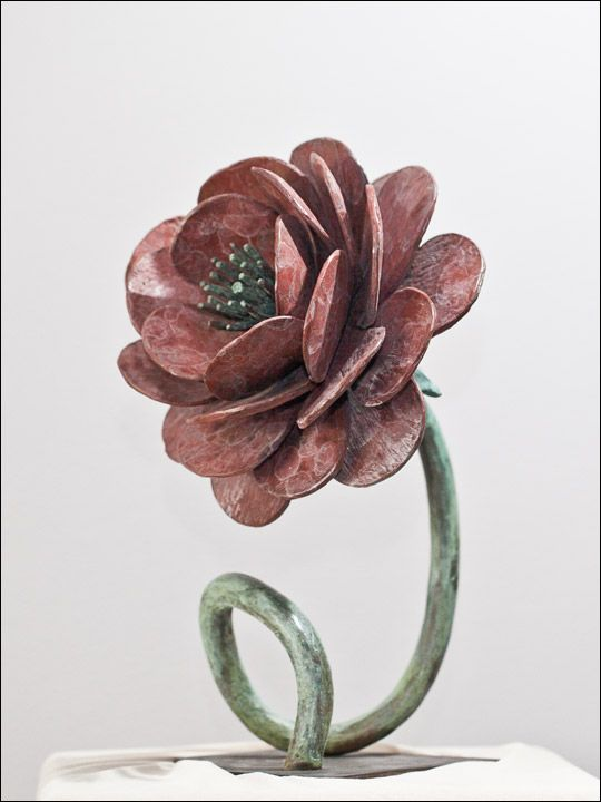 Rosa sin espinas (altura 32cm). Esta escultura de bronce ha sido fundida a la cera perdida y patinada con unas delicadas tonalidades.  Las rosas sin espinas simbolizan la ausencia de miedo. Las rojas expresan belleza y pasión. Aquí tenemos una rosa roja y sin espinas que quiere reflejar la pasión libre y sin miedos.    Figuras de bronce -esculturas de bronce - figuras decorativas -  figuras decoracion salon - #bronzeder