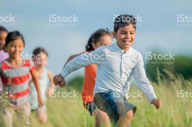 Corriendo un través de un campo de césped foto de stock libre de derechos
