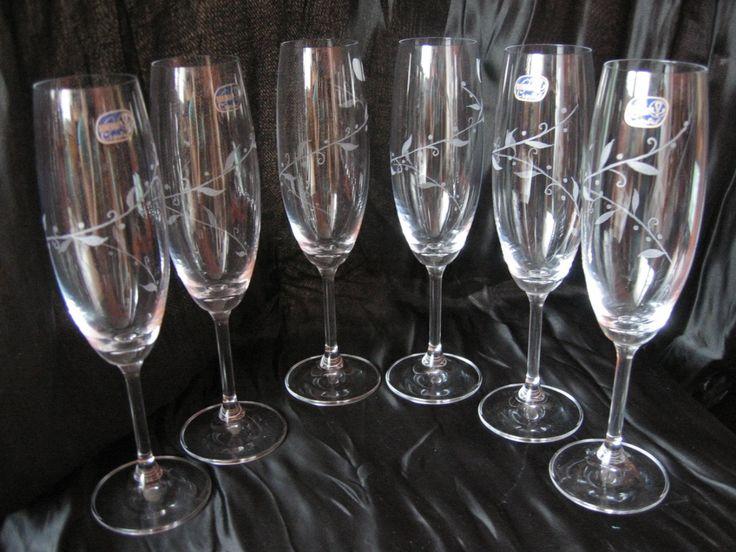 Gravírované sklenice na šampaňské/sekt Broušení gravírovaním, možno udělat také sklenice na červené nebo bílé víno, dle domluvy je možné také upravit vzor. Cena za sadu 6ti sklenic. Sklo je vyrobeno v Bohemia Crystal, česká výroba.