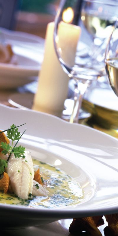 Gi bort en helaften! En smakfull femretters middag sammen med en nøye utvalgt vinpakke setter prikken over i-en. Et fortreffelig måltid der mat og vin harmonerer.