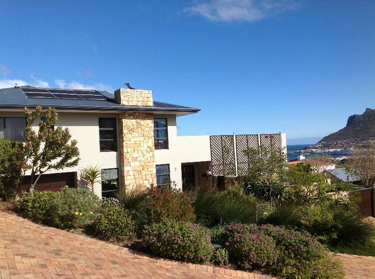 A SUPER SPACIOUS CONTEMPORARY HOME IN SOUGHT AFTER SECURITY ESTATE WITH DAZZLING BAYVIEWS.