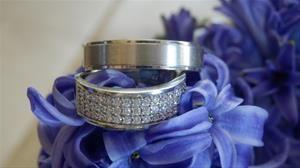 Imposante witgouden trouwringen bezaaid met diamanten van Rozenhof Trouwringen