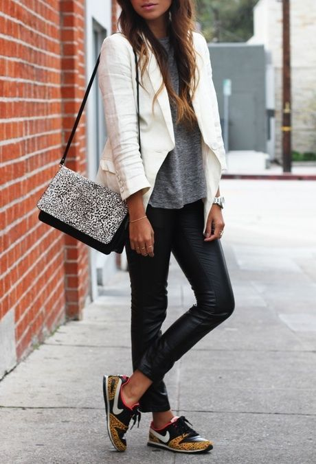 """Adoro esse look bem urbano com o tênis, misturando couro com outros tecidos e com um blazer para dar uma """"formalizada"""". Gostaria de me ver assim."""