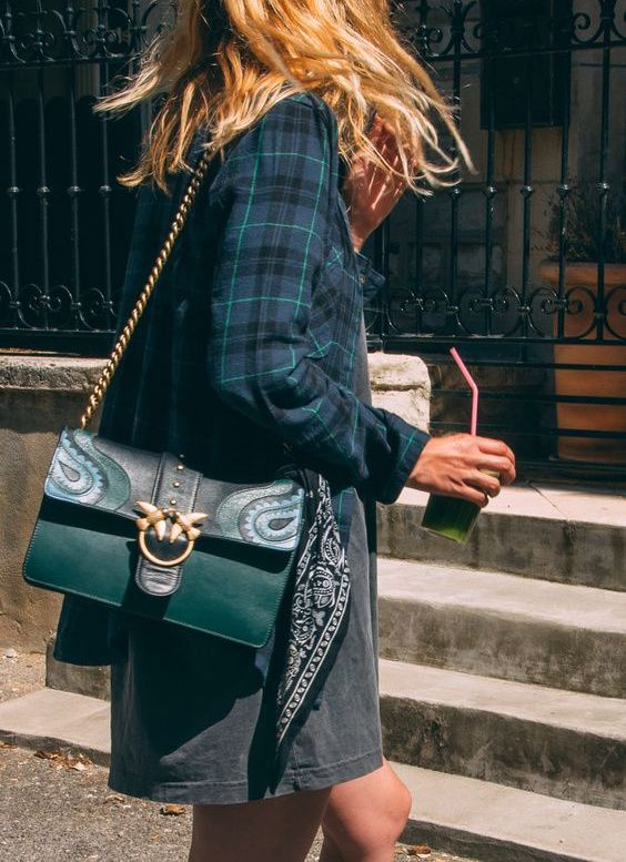 Sac fantaisie baroque/bourgeois/vintage + tenue grungy = le bon mix (sac Pinko - photo The Blab)