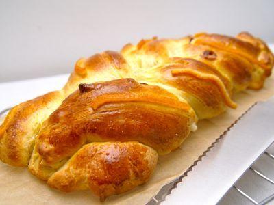 Dit zoete vlechtbrood is heel geschikt om eens met Pasen te maken. Paasbroden worden dikwijls met vruchten gemaakt en in dit recept gebruik ik gedroogde vruchten. Je kunt in dit vlechtbrood ook gekonfijte vruchten gebruiken. Dit vlechtbrood is heerlijk bij het Paasontbijt.