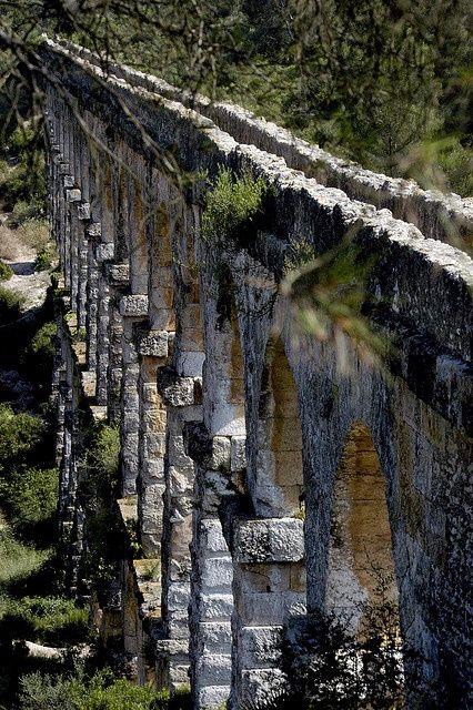 Tarragona's ancient aquaduct zonder cement gebouwd in de eerste eeuw n.C; Duivelsbrug genoemd 217m. met bogen tot 27m hoog