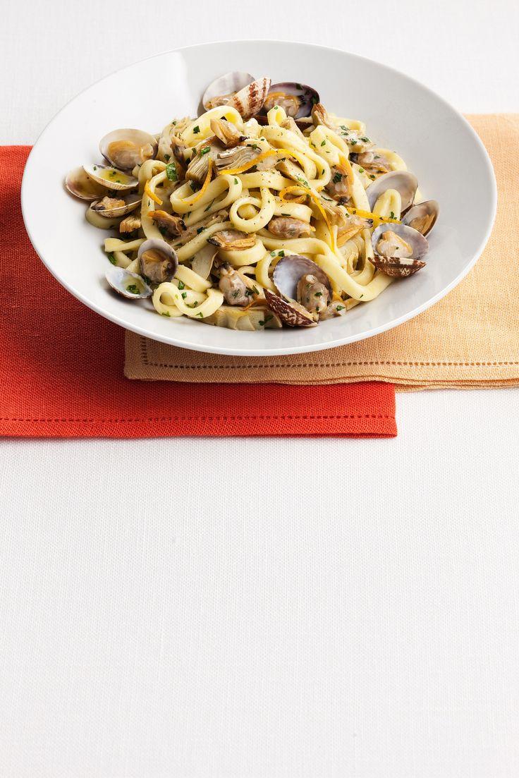 Dai un'occhiata alla breve ricetta delle fettucce con carciofi e vongole all'arancia di Sale&Pepe; scoprirai quanto sono veloci e semplici da preparare.