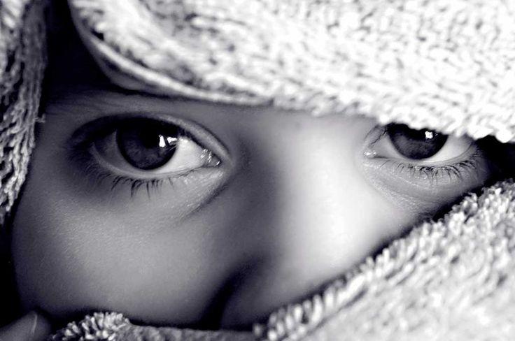 Dein inneres Kind hat alle Eigenschaften, die du dir wünschst. Es braucht deine Liebe und Aufmerksamkeit, um sich zu entfalten. Reiche ihm deine Hand.
